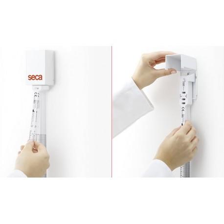 Le distributeur joint aux rubans de mesure seca 211 est facile à installer et à recharger il peut contenir 100 rubans